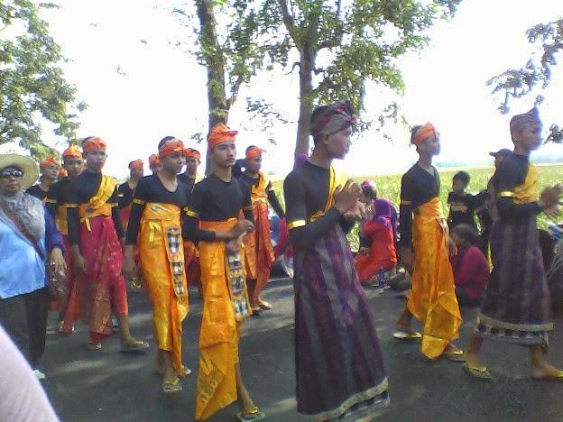 Foto Pejalan kaki adat bali SMPN 1 Singgahan saat karnaval