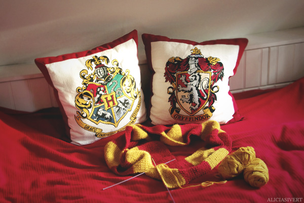aliciasivert, alicia sivertsson, harry potter, hogwarts, gryffindor, scarf, knitting, needlework, handicraft, handcraft, craft, embroidery, cross-stitch, cross stitch, cross-stitching, pillow, bed, knit, yarn, little mojo, stickning, hogwartshalsduk, gryffindorhalsduk, handarbete, hantverk, sticka, garn, halsduk, skarf, kudde, kuddar