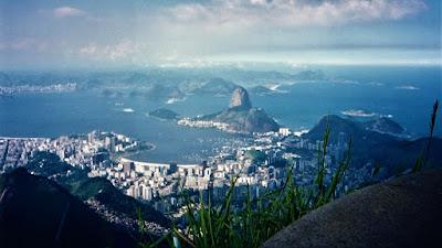 Vista da Cidade Maravilhosa a partir do Cristo Redentor em 1996, quando o Rio ainda respirava sem aparelhos.