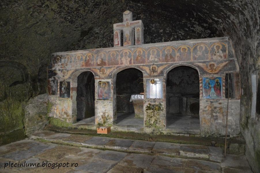 Interiorul manastirii Corbii de piatra