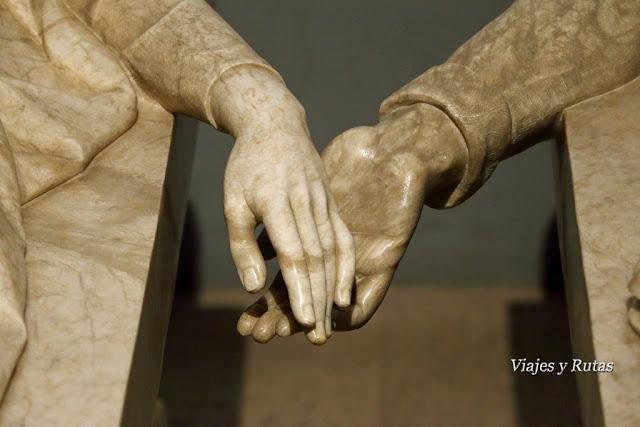 Detalle de las manos de los amantes de Teruel, mausoleo