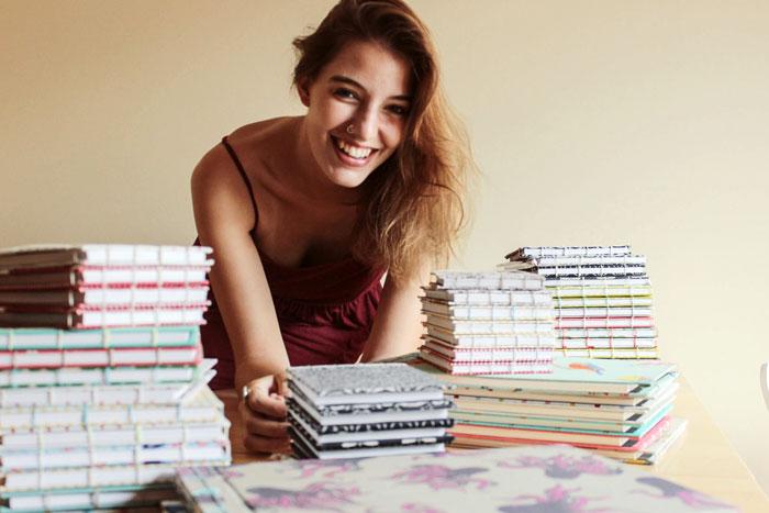 chica sonriendo cuadernos ecológicos hechos a mano paper factorem