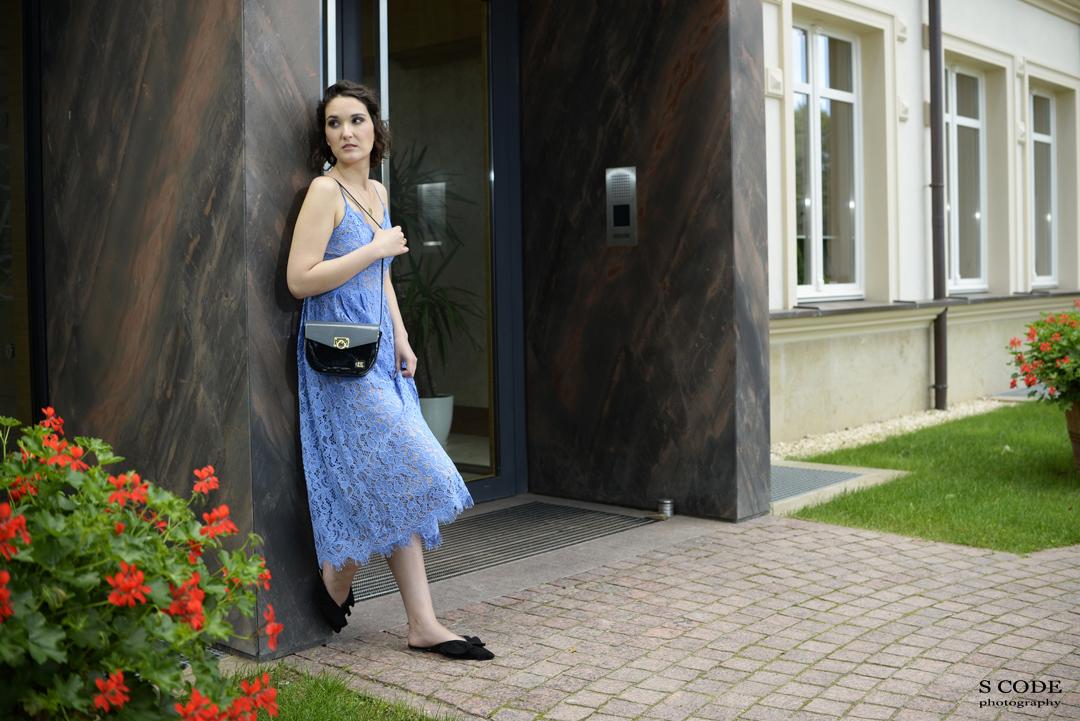 Stylizacja z niebieską sukienką z koronki