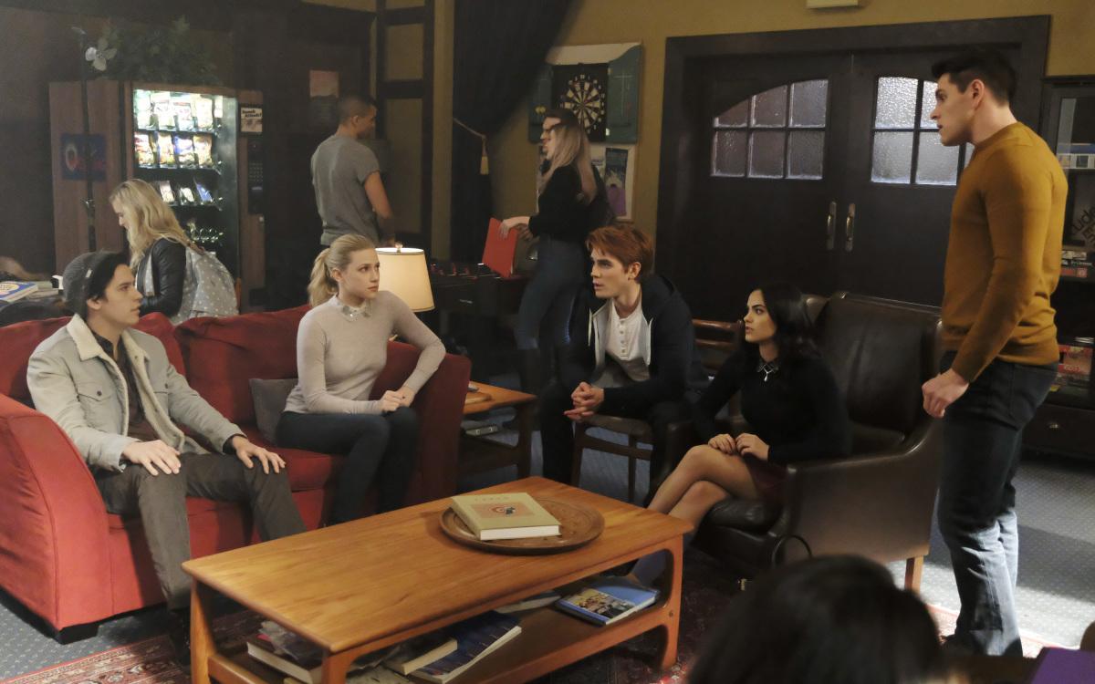 Cole Sprouse, Lili Reinhart, Camila Mendes, K.J. Apa, y Casey Cott en Riverdale de The CW