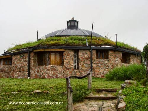 Casa redonda de piedra y techo con plantas en Córdoba, Argentina