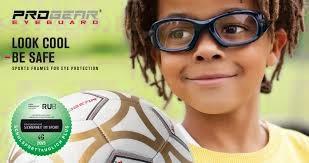70ba11413 A esquerda óculos Progear no tamanho infantil para jogar futebol com grau  ou somente proteção.