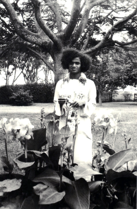 Sathya sai with students when swami sent new year greeting cards to sri sathya sai at the urs residence garden m4hsunfo