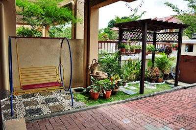 Desain Taman Depan Rumah Bergaya Minimalis Modern Dengan Gazebo Tanaman Pot Gantung