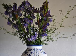 Liljer i buket sammen med brudeslør