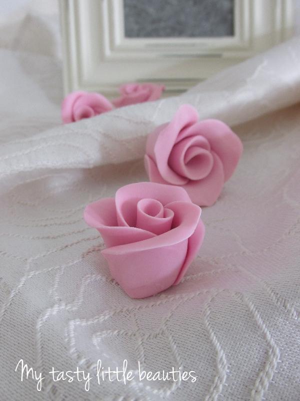 my tasty little beauties kuchen geht immer einfache fondant rose. Black Bedroom Furniture Sets. Home Design Ideas