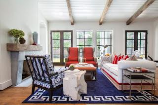 salotto moderno con sedia antica immagine
