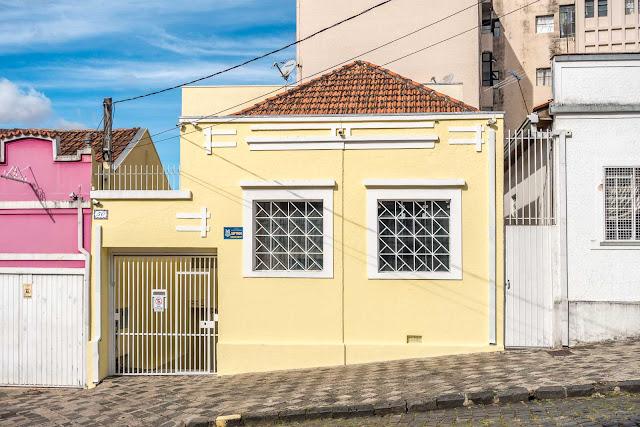 Uma casinha amarela