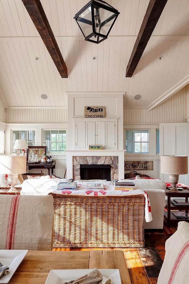 Biały domek w wiejskim stylu, wystrój wnętrz, wnętrza, urządzanie domu, dekoracje wnętrz, aranżacja wnętrz, inspiracje wnętrz,interior design , dom i wnętrze, aranżacja mieszkania, modne wnętrza, styl wiejski, styl rustykalny, białe wnętrza, salon