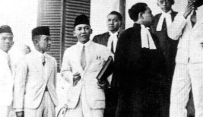 foto soekarno di pengadilan belanda