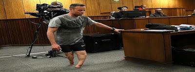 Oscar Pistorius camina sin sus prótesis
