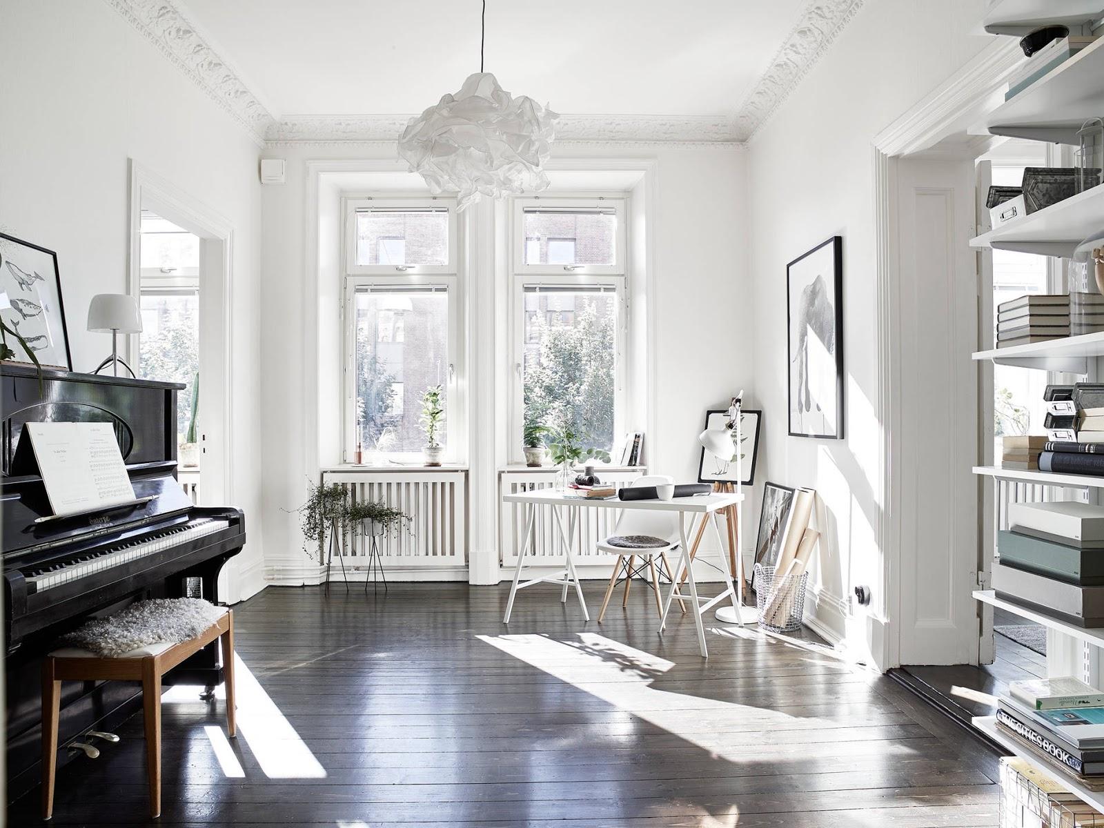 Arredamento Pavimento Scuro appartamento romantico con pareti bianche e pavimento scuro