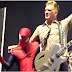 Spiderman irrumpe y paraliza concierto de Queens of the Stone Age (VIDEO)