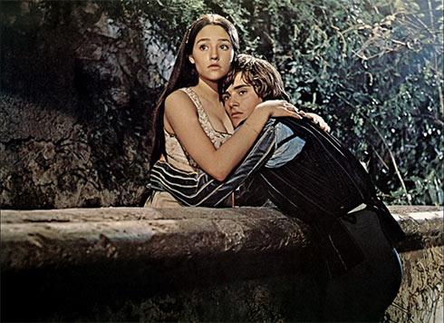 Roméo et Juliette s'entrelaçant dans l'adaptation cinématographique de Franco Zeffirelli.