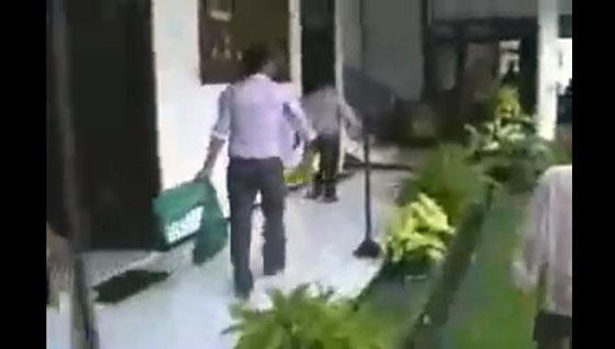 Video Aksi Warga Sumenep Melepas Puluhan Ular ke Ruang Sidang Pengadilan