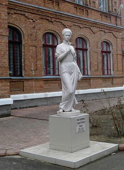 Белгород-Днестровский. Памятник Лесе Украинке