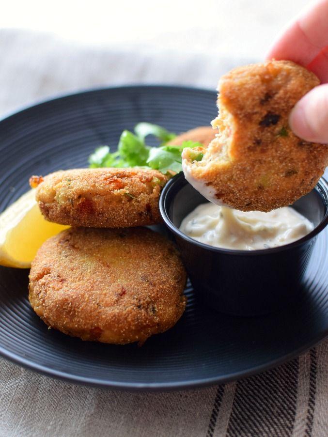 Sirva las torticas de salmón como aperitivo con alguna salsa; prepárelas en hamburguesas o acompáñelas con ensalada verde