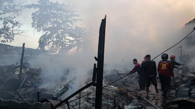 Belasan Toko Sembako Pasar Kemakmuran Di Kotabaru Hangus Di Lahap Si Jago Merah