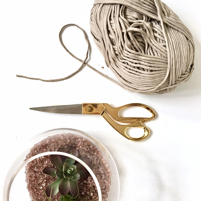 Easy-DIY-macrame-plant-hanger-harlow-and-thistle-2