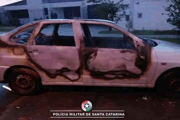 Veículo pega fogo em via pública em Canoinhas