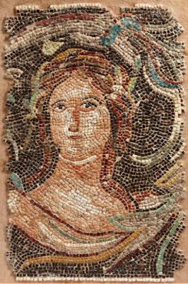 Mosaïque au buste féminin. Elle représente le buste d'une femme, la tête légèrement tournée, les cheveux ceints d'une couronne végétale, dans un décor de rinceaux. Marbre, calcite et pâte de verre. Art Romain, ca. IVe siècle. 51,5 cm x 34,5 cm