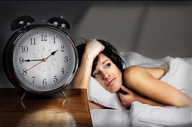 Mujer en cama que padece el síndrome del domingo por la tarde