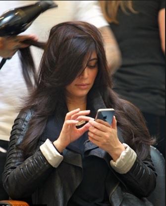 vajzë duke parë telefonin