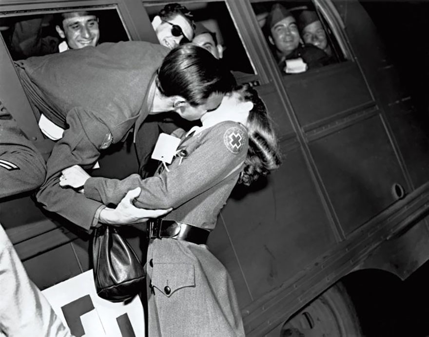 60 + 1 Heart-Warming Historical Pictures That Illustrate Love During War - Soldier Kissing A Red Cross Nurse, 1945