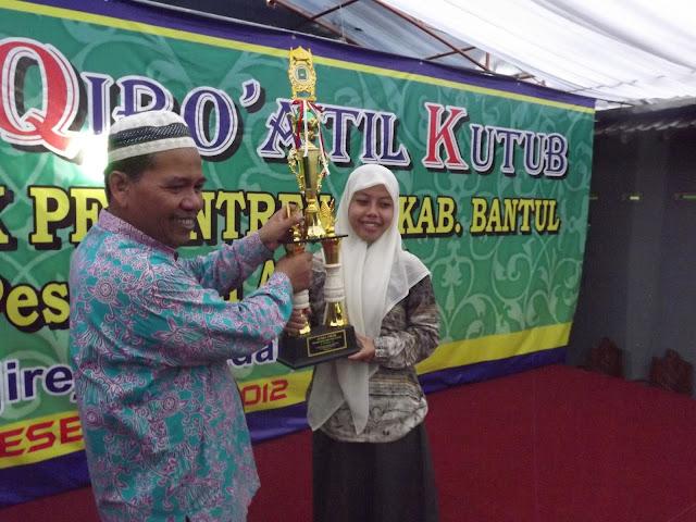 Tradisi Juara. KH. Habib Syakur dan Santrinya saat menerima Tropi Juara Lomba Qiraatil Kutub se-Kabupaten Bantul