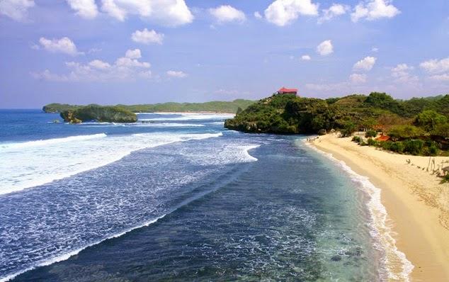 pesona birunya laut di pantai baron yogya