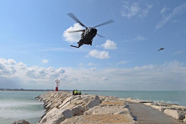 Elicotteri dell'Esercito simulano la ricerca e soccorso di persone disperse durante la manifestazione EmergeRimini