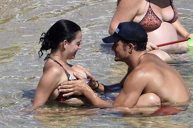 Orlando Bloom fue fotografiado agarrándole los senos a Katy Perry en la playa