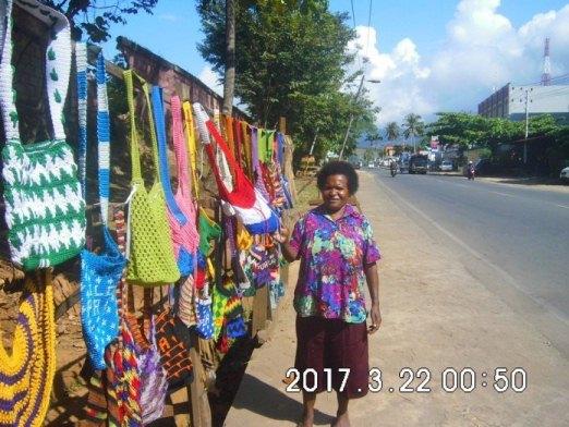 Mama Papua menjual noken