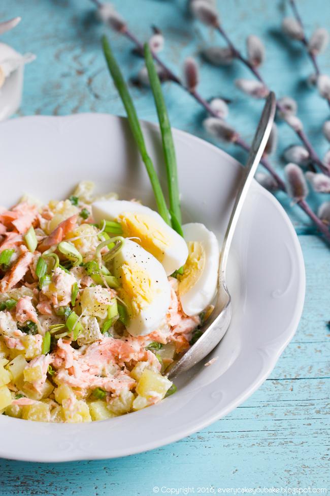 litewska sałatka z łososiem i chrzanem ziemniakami i jajkiem