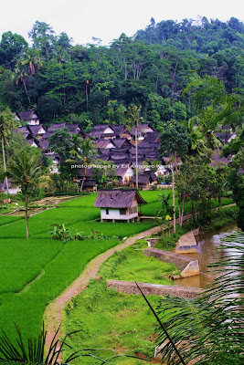 Kampung Naga berada di lembah Sungai Ciwulan