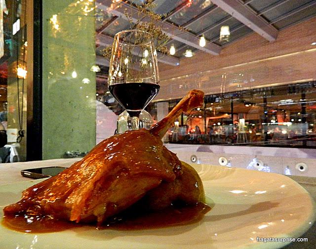 Confit de pato servido no restaurante do Mercado de San Antón - Chueca, Madri