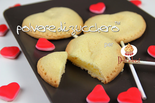 biscotti a cuore biscotti su stecco biscotti ripieni crema pasticcera crema al cioccolato dolcidee cameo paneangeli polvere di zucchero