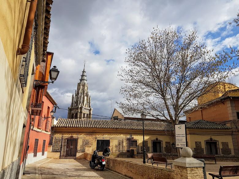 在 Plaza Padre Juan de Mariana 遠看主座教堂的塔