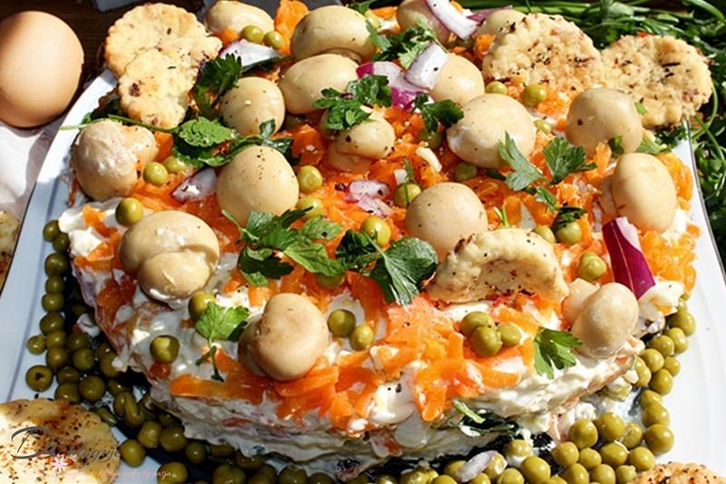 Warstwowa sałatka jak tort z tuńczykiem i pieczarkami marynowanymi