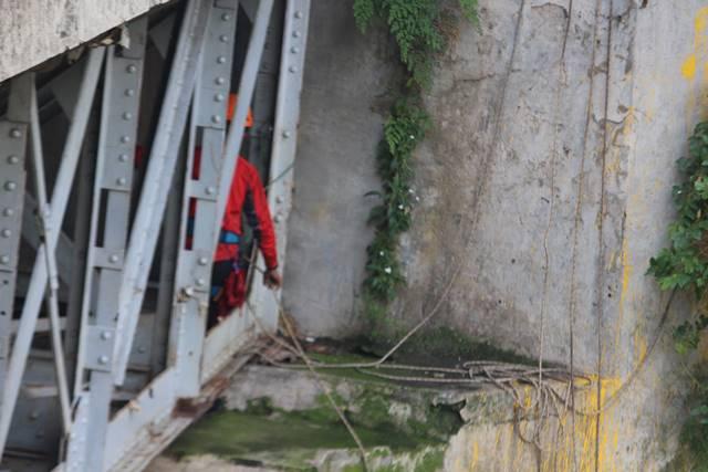 [Foto] Perjuangan Para Relawan Peduli Ciliwung Memunguti Sampah