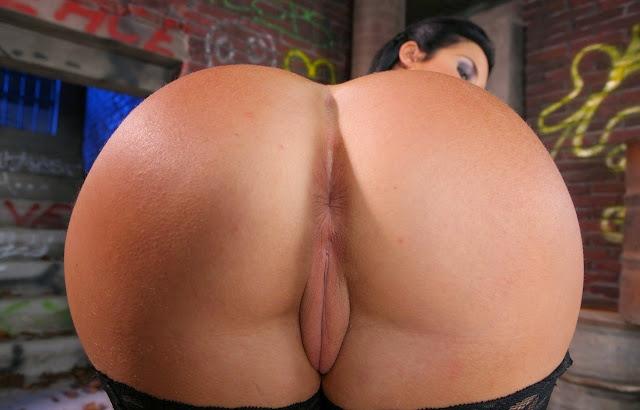 Geile Milf zeigt ihren riesigen Hintern absolut nackt