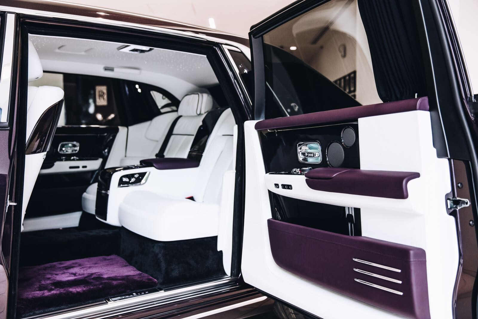 new rolls royce phantom makes a stop at a london dealership carscoops. Black Bedroom Furniture Sets. Home Design Ideas