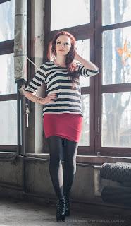 5.03.17 Luźny sweterek oversize w paski granatowo-białe, czerwona mini spódnica, czarne rajstopy, lity z ćwiekami