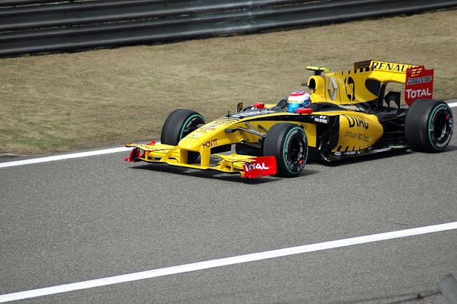 Gambar Mobil Balap F1 Renault di Circuit China