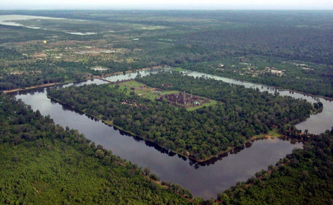 www.xvlor.com Angkor Wat built by King Suryawarman II as the most Khmer Empire work