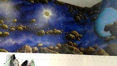 Aranżacja ściany w sali zabaw, malowanie bawialni, graffiti w bawialni, artystyczne malowanie ścian.